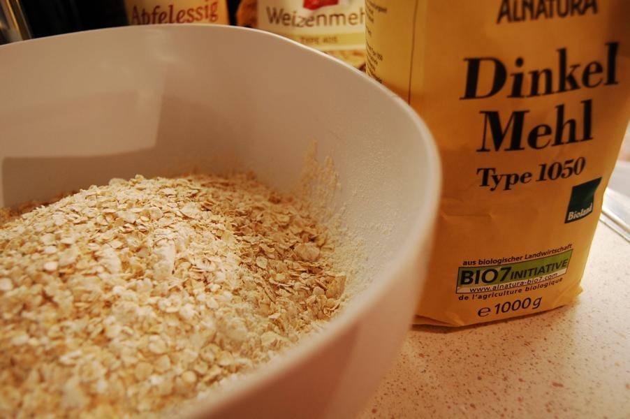 Das Mehl und die Haferflocken mit dem Salz vermischen