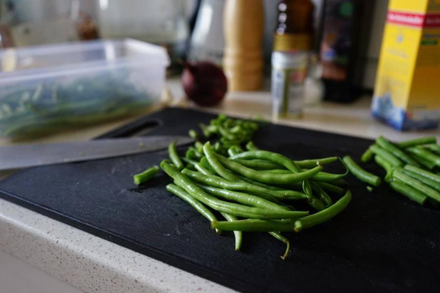 Das Gemüse klein schneiden