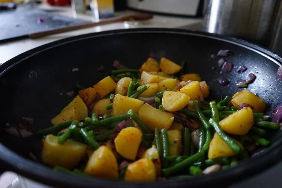 Die Gemüsepfanne ohne Deckel ein wenig köcheln lassen