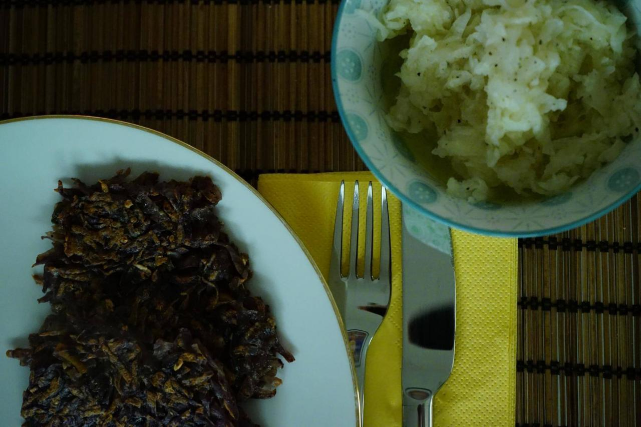 Blaue-Kartoffeln-als-Puffer-mit-Rettichsalat-1280x853.jpg