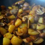 Asiatisch angehauchte Kartoffelfpanne mit Pilzen