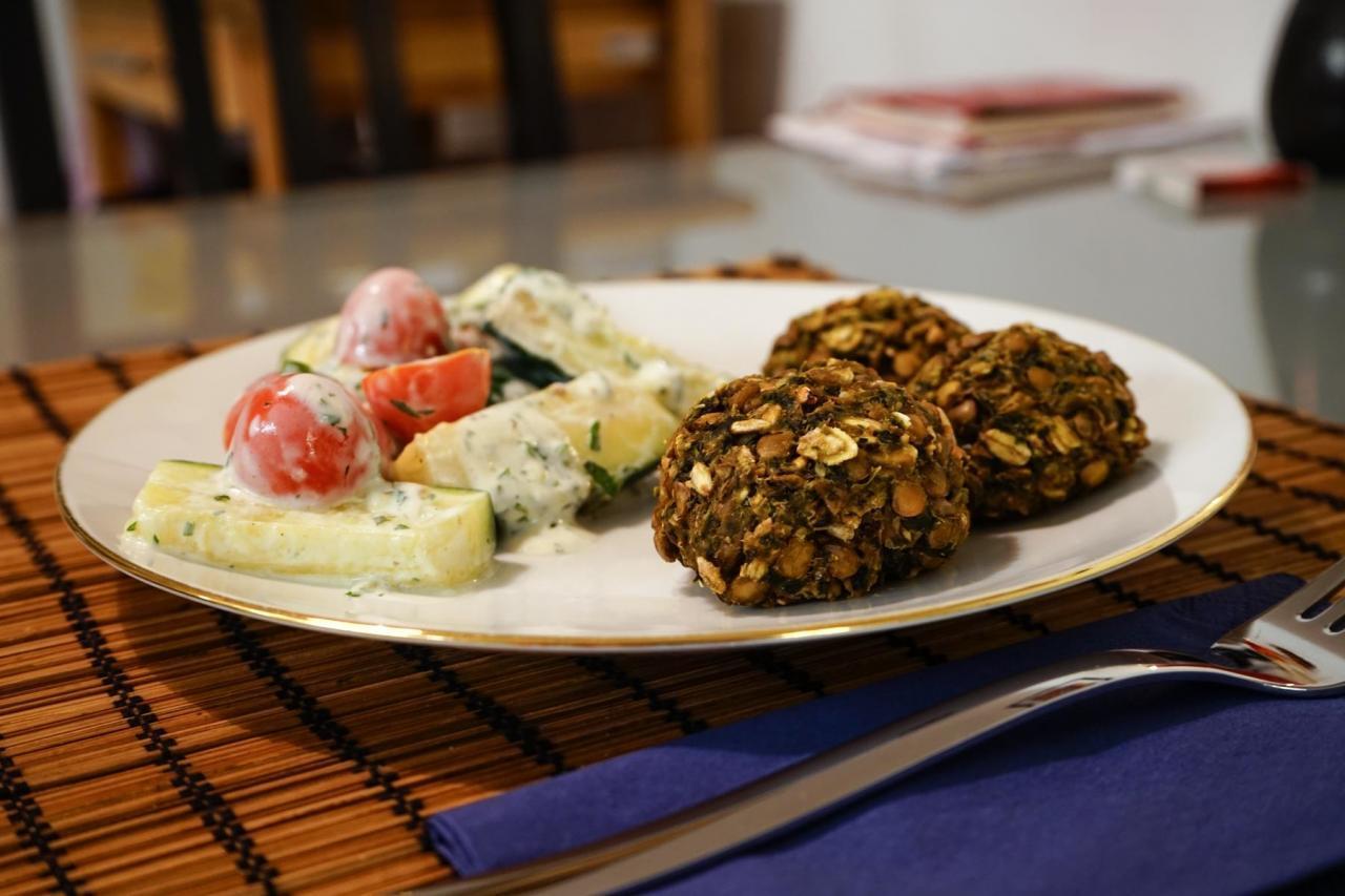 Linsen-Spinat-Bällchen-mit-Zucchini-Minz-Salat-1280x853.jpg