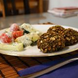Linsen-Spinat Bällchen mit Zucchini-Minz-Salat